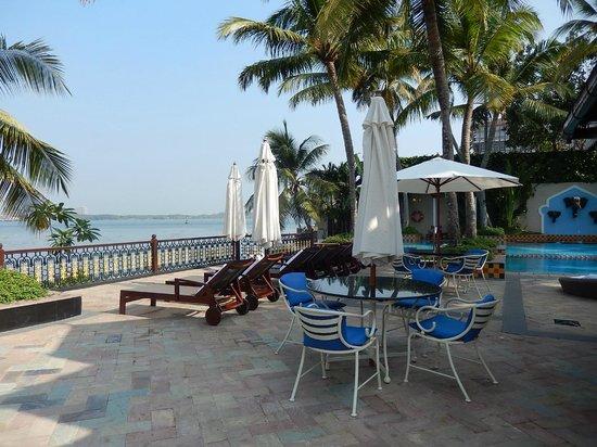 Vivanta by Taj - Malabar: Terrasse devant la piscine