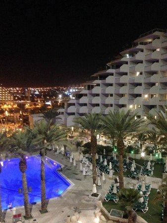 Crowne Plaza Hotel Eilat : внутренняя площадь отеля вечером