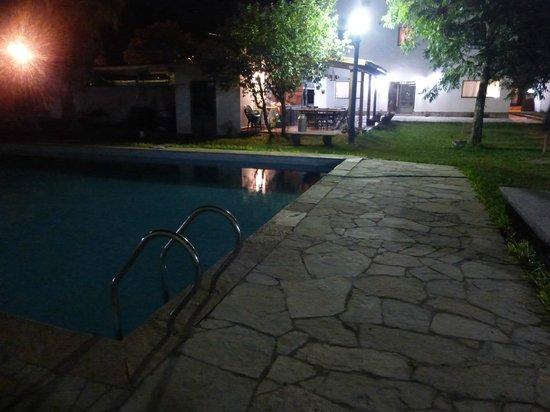 Hosteria Okapi: La pileta vista de noche