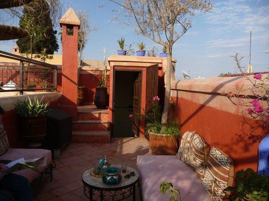 Riad Dar El Aila: Sur la terrasse vers le restaurant