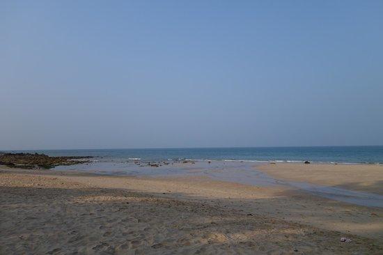 Lanta Castaway Beach Resort: Vue sur la mer à marée basse