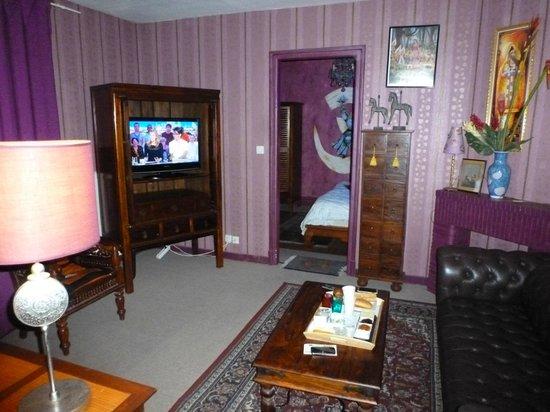 Itsara Suites & Spa: Salon et chambre au bout