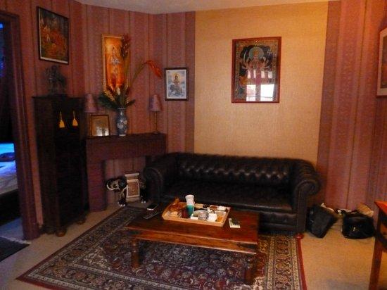 Itsara Suites & Spa: Salon avec la chambre à gauche et la SDB à droite