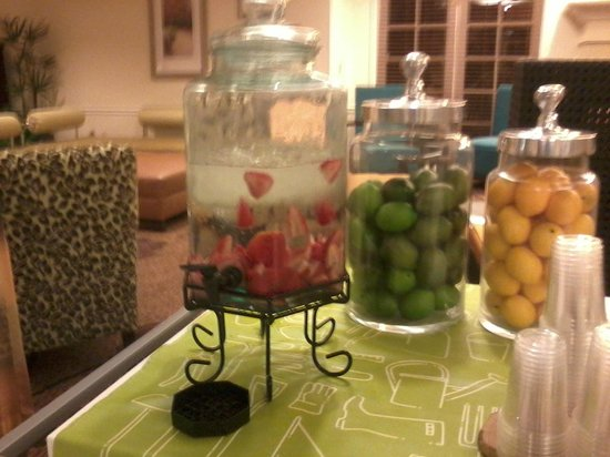 Hilton Garden Inn Calabasas: Strawberry water in hotel lobby