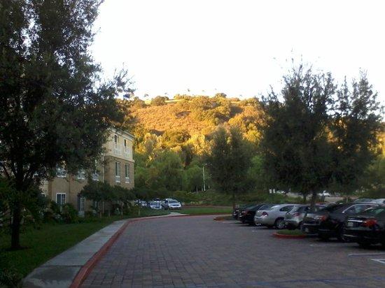 Hilton Garden Inn Calabasas: Sunrise from Hotel front