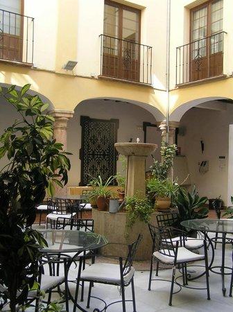Hotel Coso Viejo: Interior courtyard of hotel