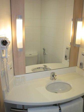 Ibis Medellin: Room 415, King-bathroom sink
