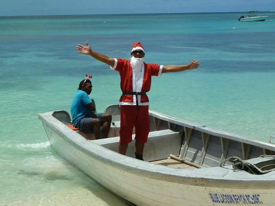 Blue Lagoon Beach Resort : Santa driven into the bay by his reindeer