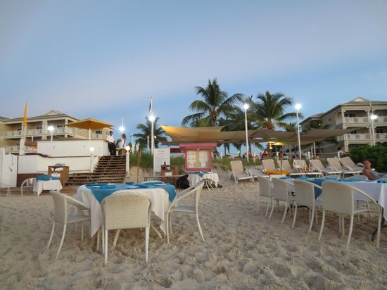 Alexandra Resort : beach front dining at mango reef