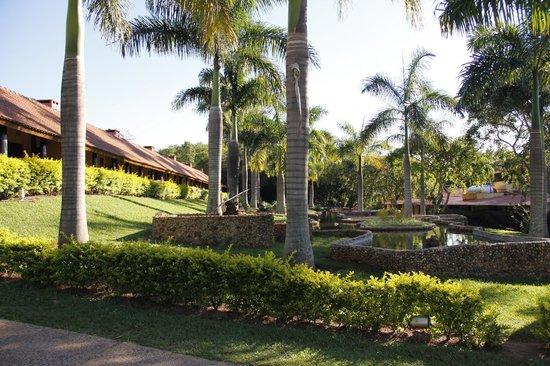 Recanto Alvorada Eco Resort: Jardim entre os apartamentos