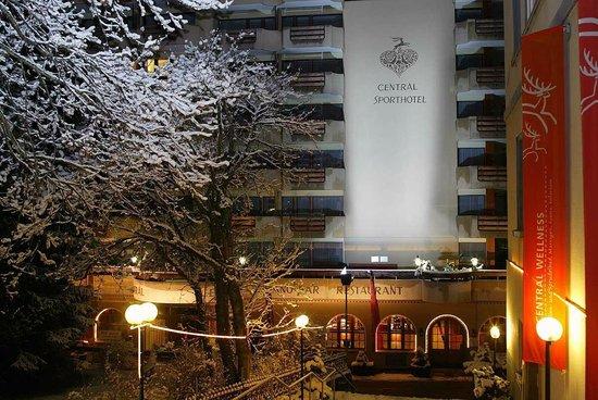 Central Sporthotel Davos: Hotel Aussenansicht Winter