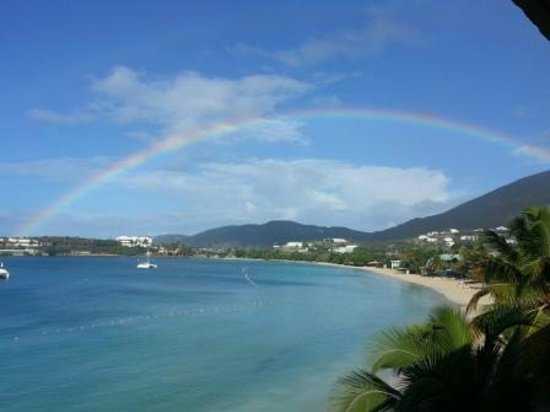 Emerald Beach Resort: Rainbow over bay from 3rd floor balcony