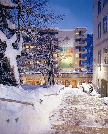 Central Sporthotel Davos: Hotelansicht im Winter