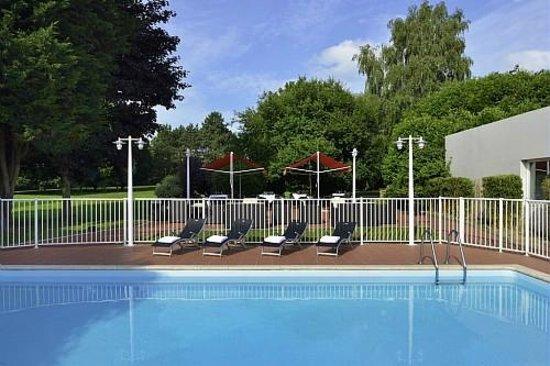 Novotel Survilliers Saint Witz : Vue sur la piscine