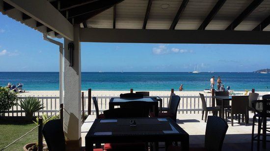 Radisson Grenada Beach Resort : beachfront bar and restaurant