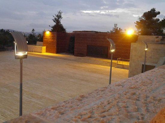 Mémorial de Yad Vashem : площадь варшавского гетто