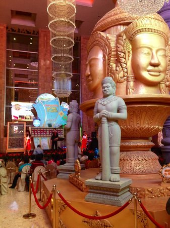 NagaWorld Casino: Lobby with a live singer