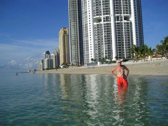 Acqualina Resort & Spa on the Beach: La playa de Acqualina...con el mar de cristal....