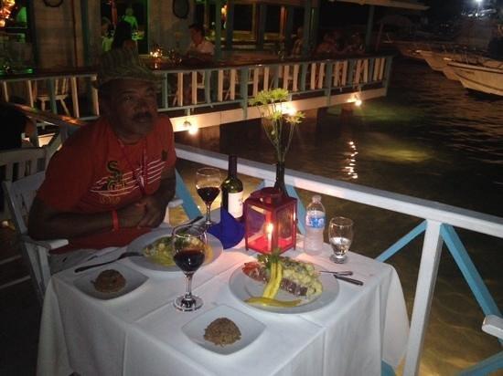 Restaurante La Regatta: jantar na parte externa, sobre o pier.