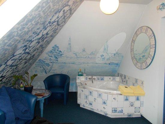 Hotel de Plataan : bathtub