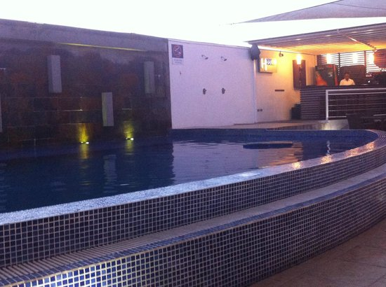 Hotel HEX: Piscina y bar