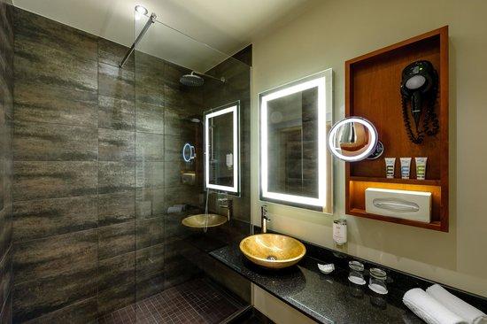 Mercure Josefshof Wien am Rathaus: Badezimmer mit Rainshower Dusche