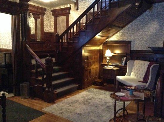 The New Victorian Mansion Bed and Breakfast: Staircase in main area leading up to rooms.