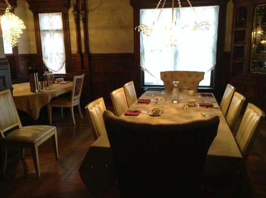 The New Victorian Mansion Bed and Breakfast: Dining room.