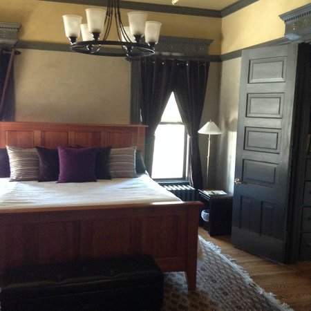 The New Victorian Mansion Bed and Breakfast: Storybook Suite