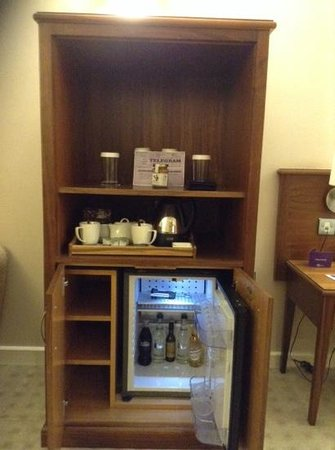 Tankersley Manor Hotel - QHotels: complementary mini bar was nice