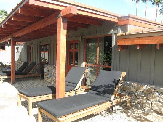 Sparrows Lodge : Exterior patio of 2 units