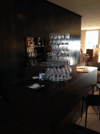 B2 Boutique Hotel + Spa: Bar