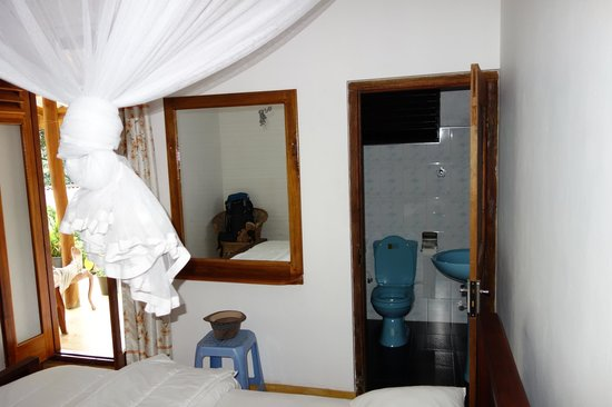The Blue View Inn : Middle room and bathroom