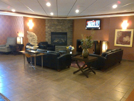 Franklin Suite Hotel: Lobby with Fireplace