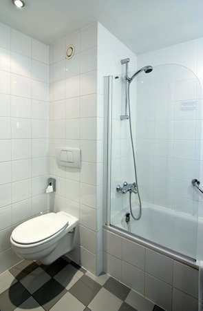 Velotel Brugge : Ванная.