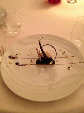 Hostellerie De Plaisance Restaurant : Sélection chocolat Caraïbes, crumble fleur de sel de Guérande, ...