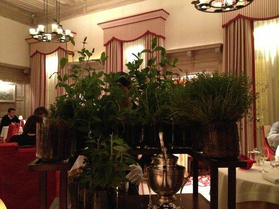Hostellerie De Plaisance Restaurant : Le plateau de tisanes ... des herbes fraiches ! ^_^
