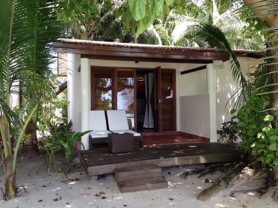 Kuramathi Island Resort: Back door/beach side of DBV