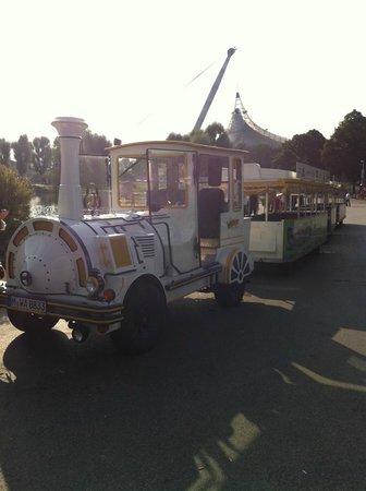 BMW Welt: Детский поезд недалеко от входа в Музей