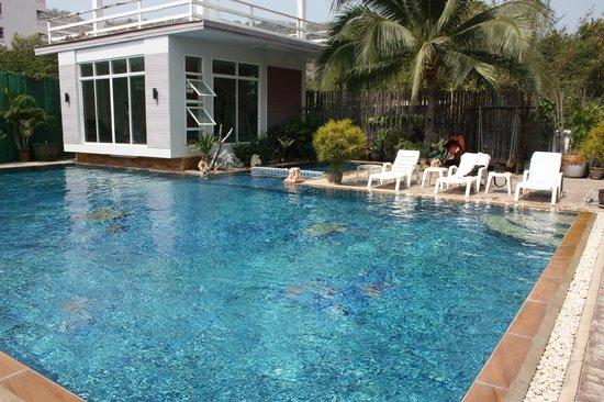 Hua Hin Markwin Lodge: Piscina con zona bimbi e palestra
