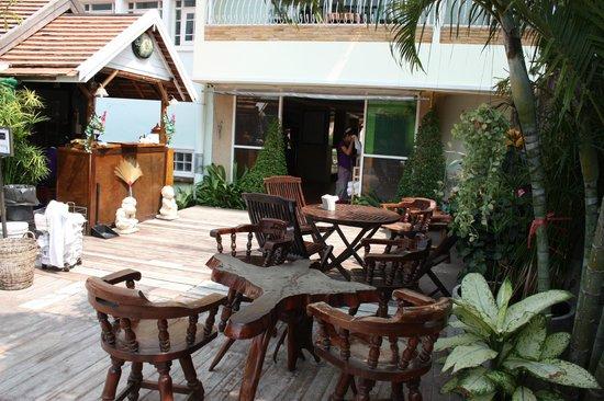Hua Hin Markwin Lodge: Tavolini bar lato piscina