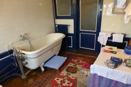Château de Craon: Chateau de Craon. Our room. Bathroom
