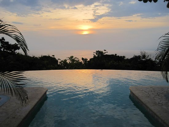 La Mariposa Hotel: Sunset over the pool