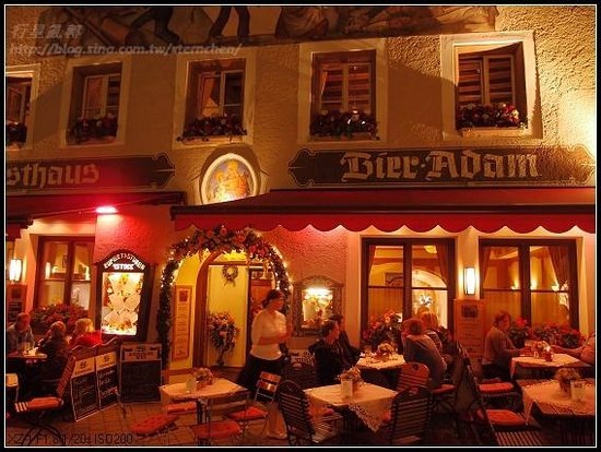 Bier Adam: 夜晚的餐廳外觀