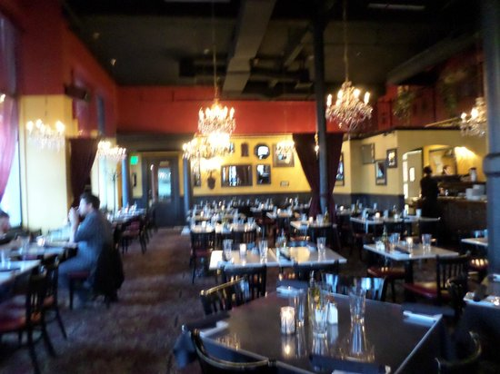 Mama Mia Trattoria: Larger dining area from entrance