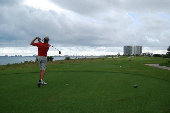 Puerto Cancun Golf Course: Golfista en hoyo al MAr CARIBE