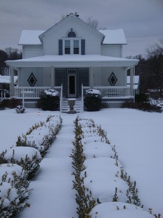 Country Seasons Bed & Breakfast Inn: All is calm, all is white