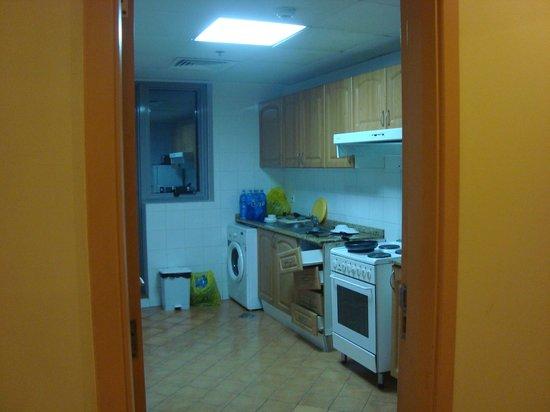 Desert Rose Hotel Apartments: kitchen