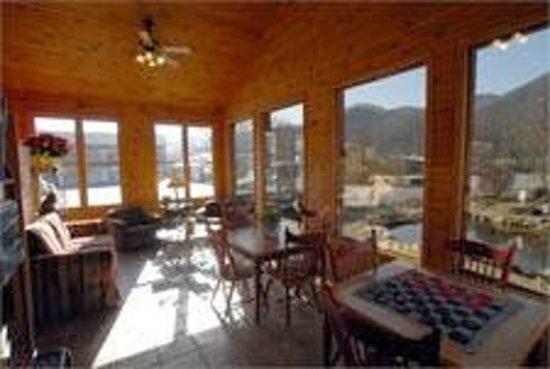 Jonathan Creek Inn and Villas : Lobby Sunroom/gameroom