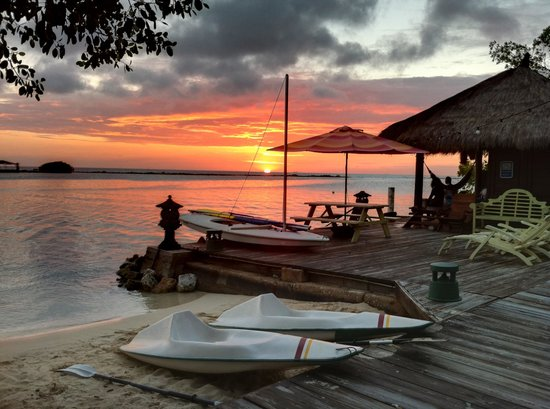 Aruba Reef Beach Apartments: sunsets at the picnic table